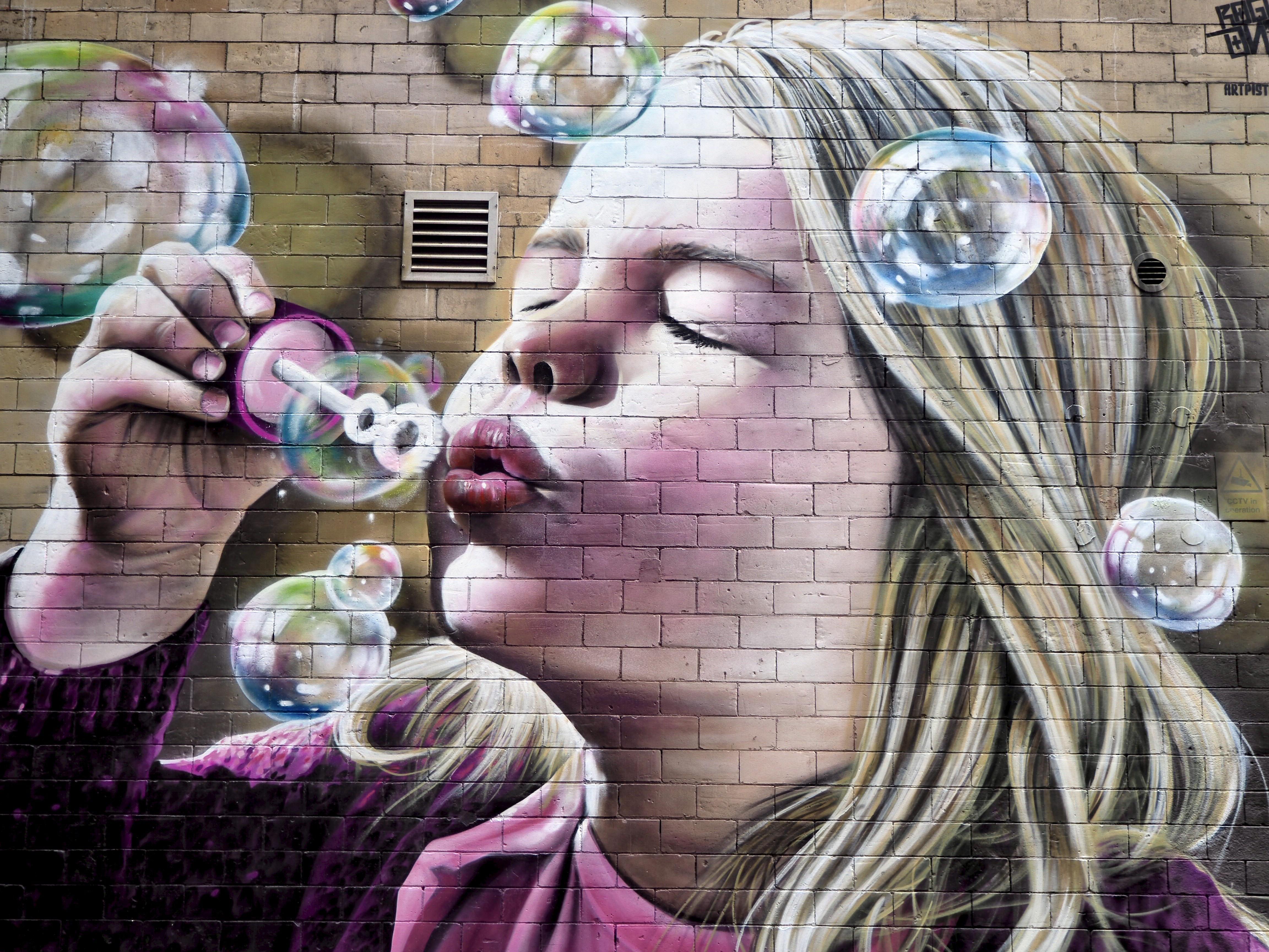 рисунок мыльные пузыри на стене сегодня клещевина натурализована